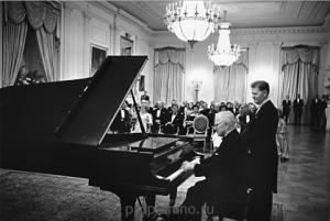 Трумэн играет на пианино