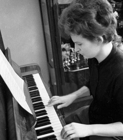 Женщина-космонавт и пианино
