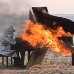 Yosuke Yamashita играет на горящем рояле