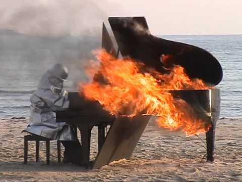 Японский пианист играет на горящем рояле!