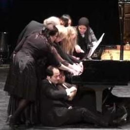 Двенадцать пианистов сыграли марш