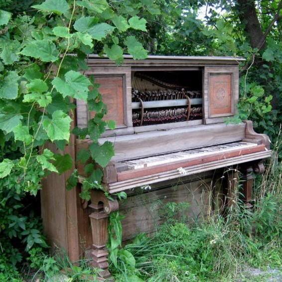 На улице стояло пианино