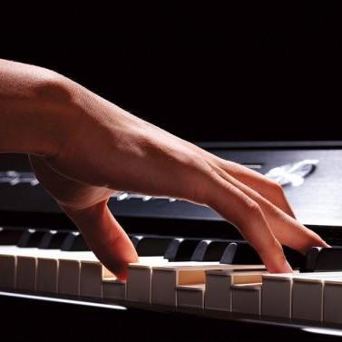 Девушка играла на рояле