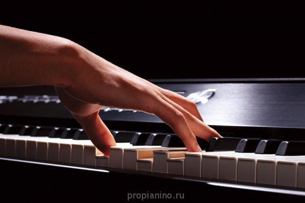"""Стихотворение """"Девушка играла на рояле"""""""