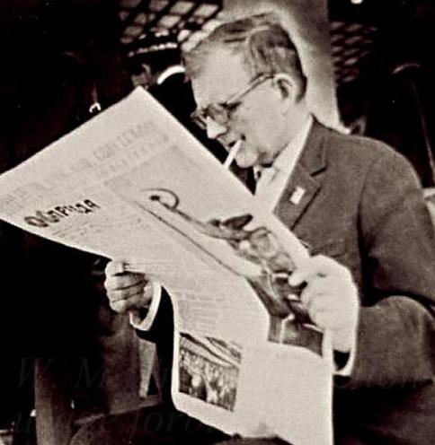 """Шостакович читает газету """"Правда"""""""