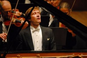 Николай Лагунский за роялем