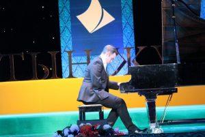 Пианист Николас Маккарти во время выступления