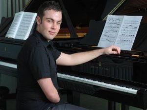Пианист Николас Маккарти за роялем
