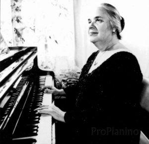 Татьяна Николаева за инструментом