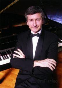 Владимир Павлович Овчинников у инструмента