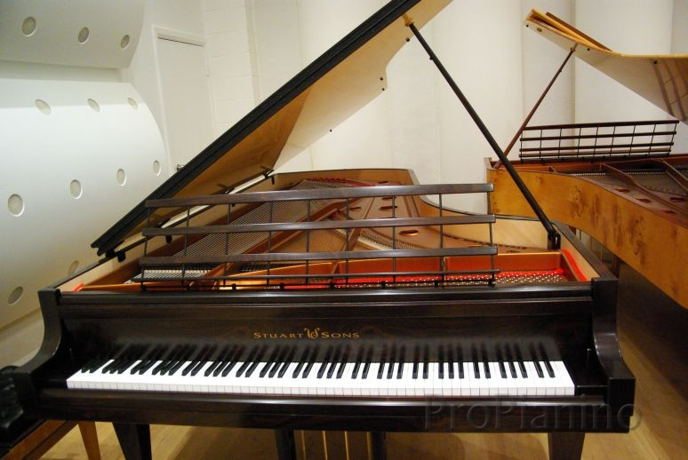 102 клавиши фантастического рояля Stuart & Sons