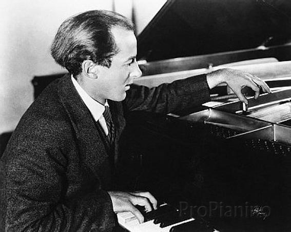 Генри Коуэлл использует нетрадиционные методы игры на фортепиано