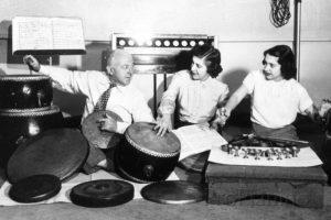 Генри Коуэлл работает с традиционными шумовыми инструментами