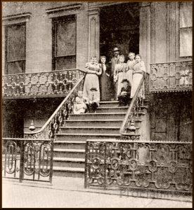 Дворжак со своей семьем около дома в Нью-Йорке